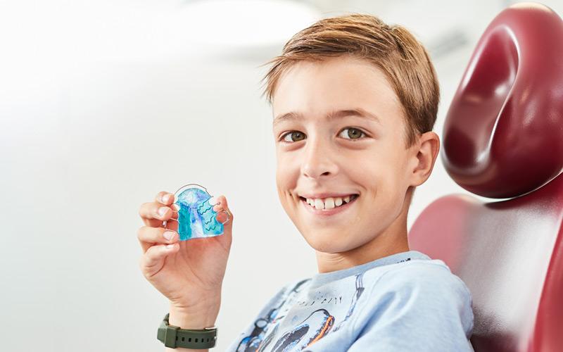 Ob fest oder herausnehmbar: Mit bunten Farben, die ihr euch selbst aussuchen könnt, macht das Zahnspangentragen sogar richtig Laune!